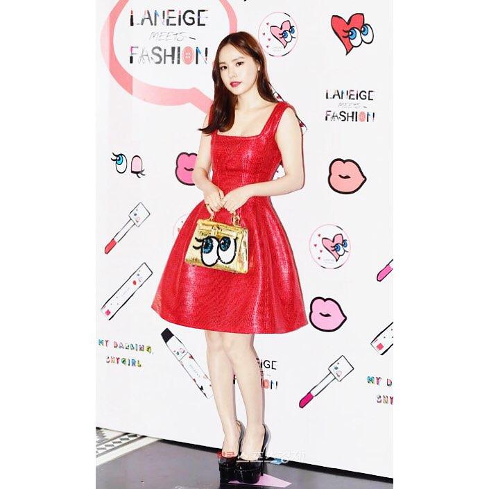 閔孝琳參加某活動時手拿的包包?