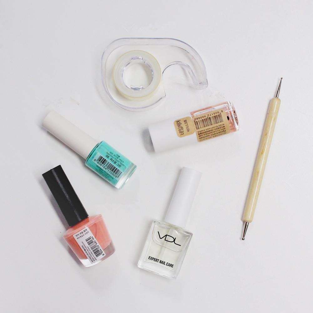 準備材料! 粉色和薄荷色指甲油,打底油,亮甲油,透明膠帶,美甲棒(沒有也可以用牙籤代替)