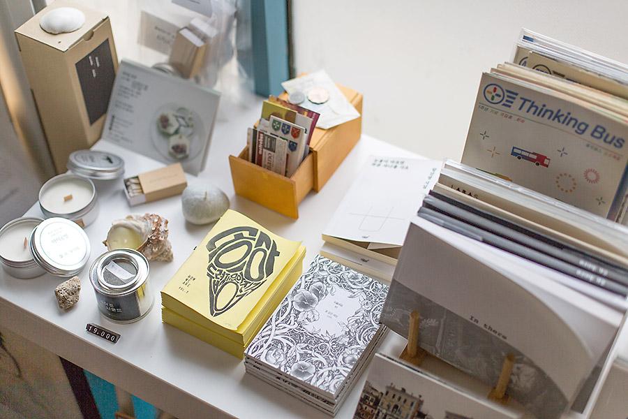 不管是旅行相關的書籍,或是散文小說等,就連可愛的明信片、相片、小物等都有販售