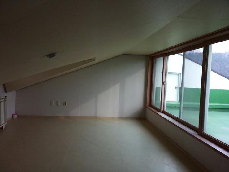 嗨~大家好!今天要來介紹閣樓房間的裝潢。連同粉刷和壁紙的部分都有加入DIY喔!首先,這是改造前的Before照!這個閣樓房將會變成什麼模樣呢?