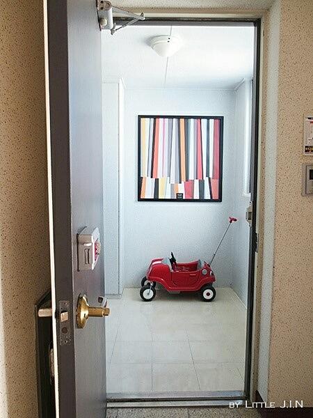 鏘鏘♥ 從玄關大門開始吧!大門的黑色是自己粉刷上去的唷~利用正面看過去的牆上那幅畫作,作為POINT!