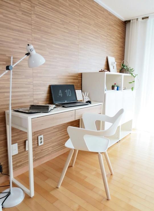 小書桌旁的書櫃,利用一些小的藝術品&植物做點綴~