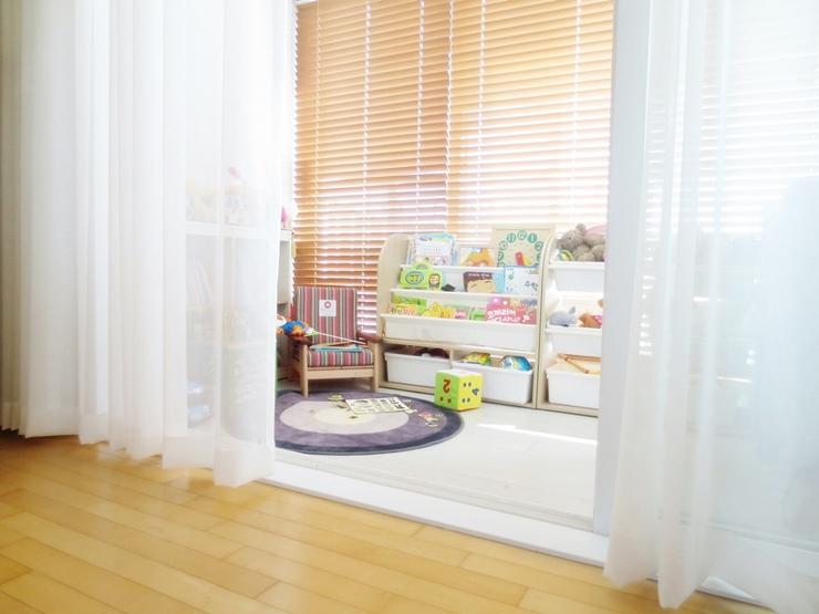 客廳的這道白色紗簾如果闔上的話,是由陽台改造而成的兒童遊戲間