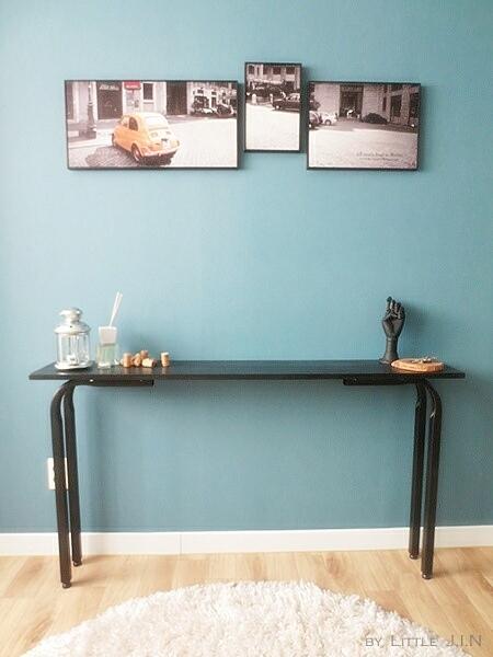 為了不讓房間看起來壅擠,所以擺上桌面較窄落地桌,利用一些小物作裝飾