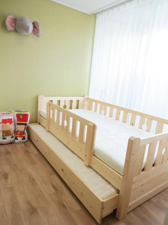 以原木製作的床櫃,下層也可以拉出來,不管是兄弟姊妹一起使用,或是孩子的朋友來訪時,可以留下來過夜^^