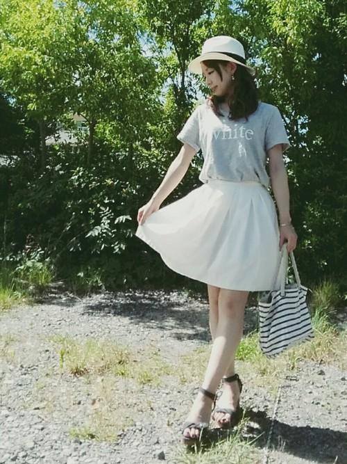 帶有點透視感的白色短裙也是夏天涼感穿搭的首選,你可以搭全身白,也可以搭其他顏色,但是白色本身就有放大的效果,如果要穿白色的高腰A字裙,上身建議搭配比較淺色系的單品,像是粉紅色或是粉藍色,會比較不突兀。