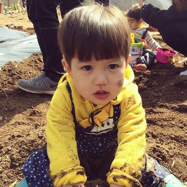 金泰吳,因為出演韓國SBS親子互動節目《Oh My Baby》,獲得了超高的人氣。一雙彈珠般圓溜溜的大眼睛、Q彈滑嫩的嬰兒肥,融化不少姐姐們的心!