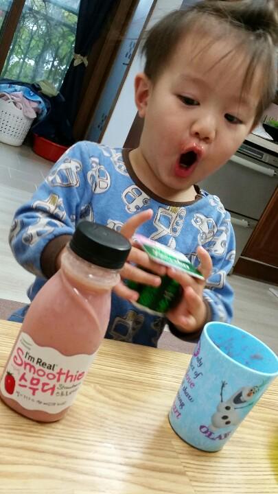 一杯果汁剛下肚,手裡拿著一杯,眼還看著另一瓶果汁★