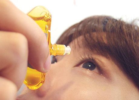 使用時,雖然稍微有一點刺激,但馬上可以讓眼睛舒緩疲勞唷!不過畢竟眼藥水也是藥品的一種,一天的使用量建議是不要超過5~6回摟!