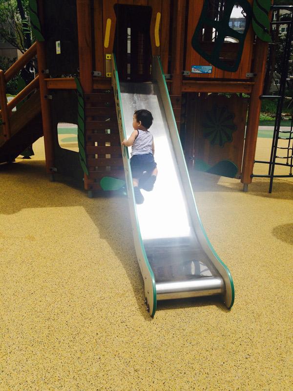 8. 到公園玩滑梯時 ..我以為你可以的...你都1歲了.. 但是卻讓我意外練舉重了~因為都推著你的屁屁(⊙﹏⊙)...