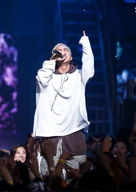 先來看看去掉無限挑戰歌謠祭歌曲後,以27日下午4點Melon音樂榜單為準,佔據1位的是由YG的MINO與太陽合唱的歌曲《怯》,在饒舌比賽《Show Me the Money 4》4強決賽中演唱過
