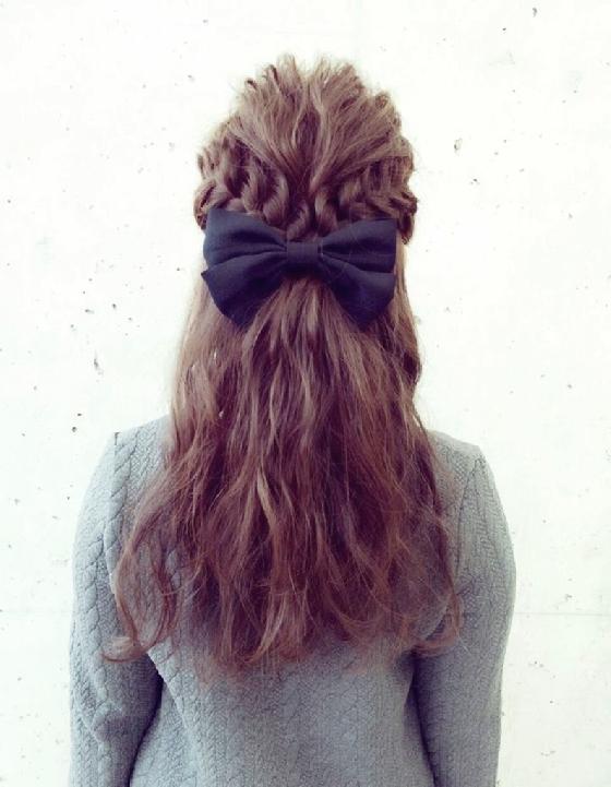 進階編髮的時尚感  以離子夾夾出的波浪捲當基礎,再進行進階的編髮就能讓髮型的時尚度完全升級呢!