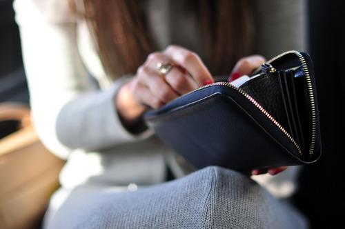 自付優先,不輕易借貸  不僅要做到不透支,也要養成不輕易借錢的習慣。身上沒錢、錢不夠,就暫時離開現場,忘掉一時的購物慾吧!借錢消費雖然很方便,但是其實一時拿不出錢來,反而有更多充裕的時間可以思考,自己是不是真的需要這樣東西,不是嗎?