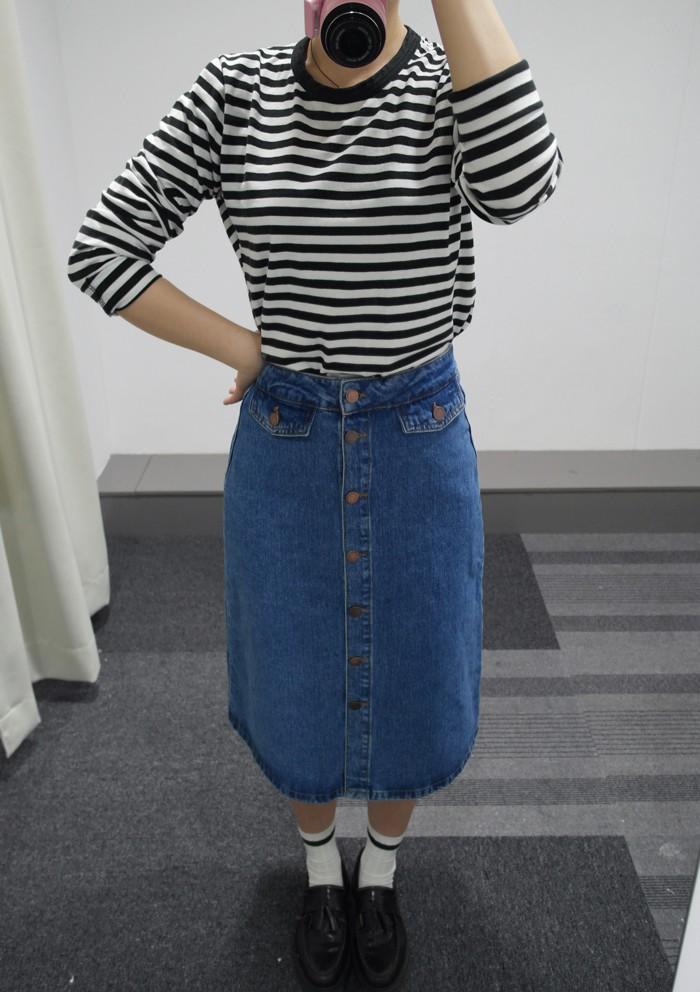 ( 尺寸:XS )  今年果然是要鈕扣設計的牛仔裙呀!ZARA跟其他品牌不同的是長版牛仔裙