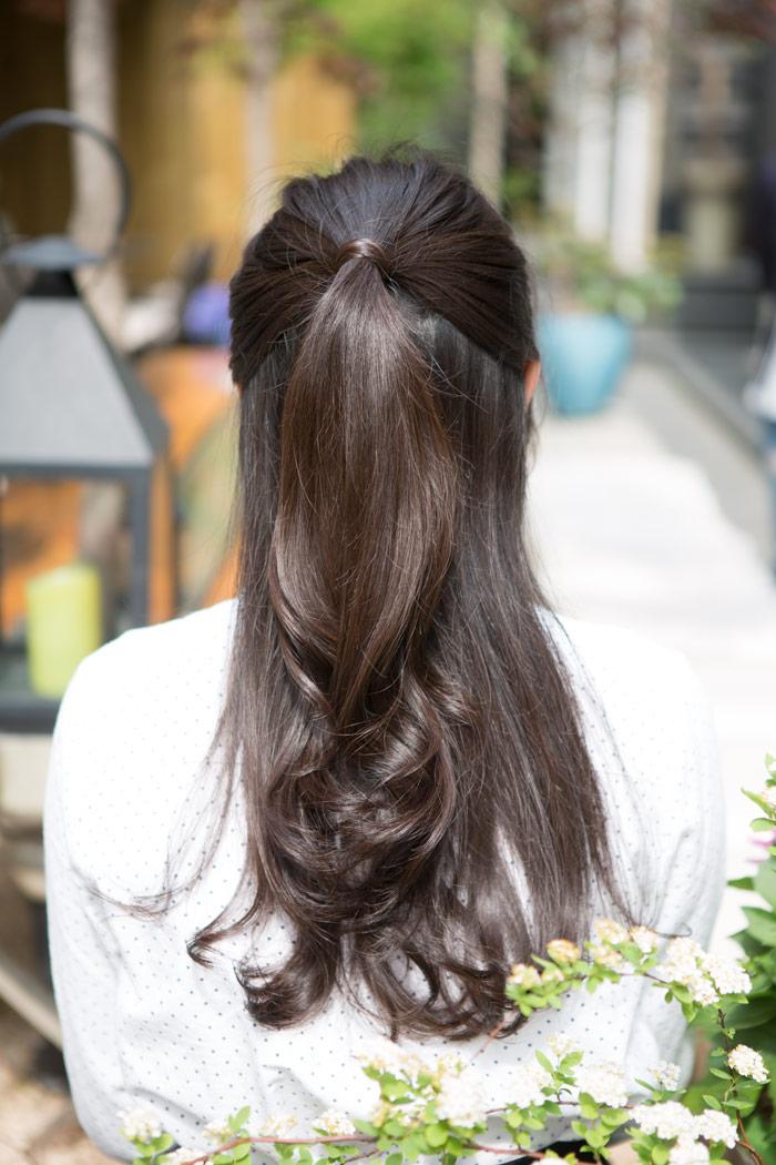 如果覺得頭髮放下來很不習慣、不方便,像這樣綁個可愛的公主頭,也是很棒的選擇唷!