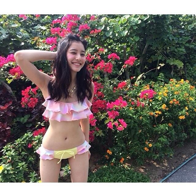 她叫做新木優子(あらきゆうこ | Araki Yuuko) 生日1993年12月15日,身高163公分