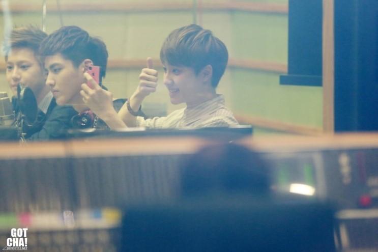 EXO D.O.~ 哇!笑起來好可愛呀!看起來很會自拍的樣子~嘻嘻