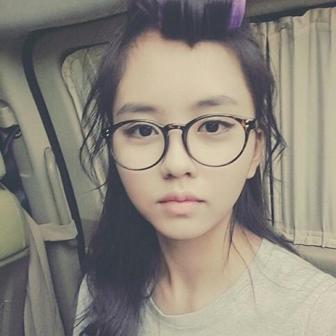 童星演員金所炫今年主演電視劇《學校2015》後人氣大增,戴上眼鏡的樣子就是一名好好學生樣。