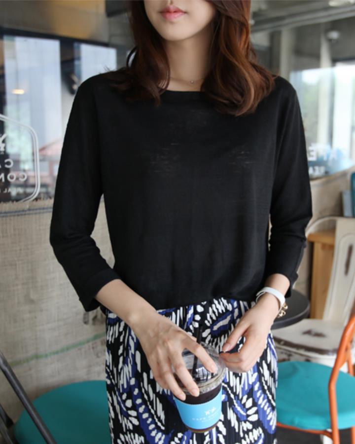 一件簡單的半透明黑色上衣也是秋天必備的LOOK~~