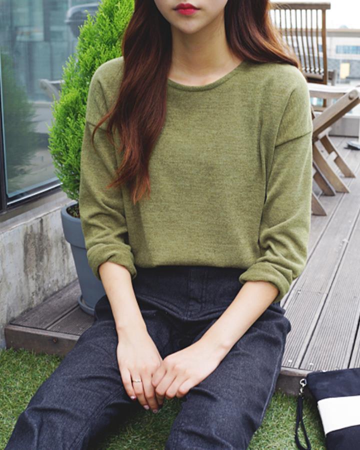 發現了沒?韓妞在一身素色造型時都會涂一個很搶眼的口紅~總之,一定要有一個亮點吸睛。