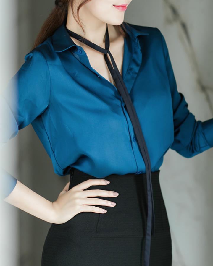 對於職場OL來說,寬鬆的絲質上衣是必備!外加一條裝飾項鏈,讓你的OL風感覺不再強勢,反而多了一份小性感!