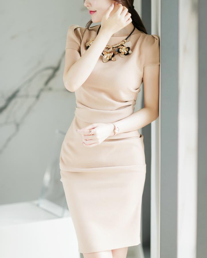 至於連衣裙呢~如果身材夠自信的女生可以選擇這種貼身束腰長款~墊肩計加強造型感
