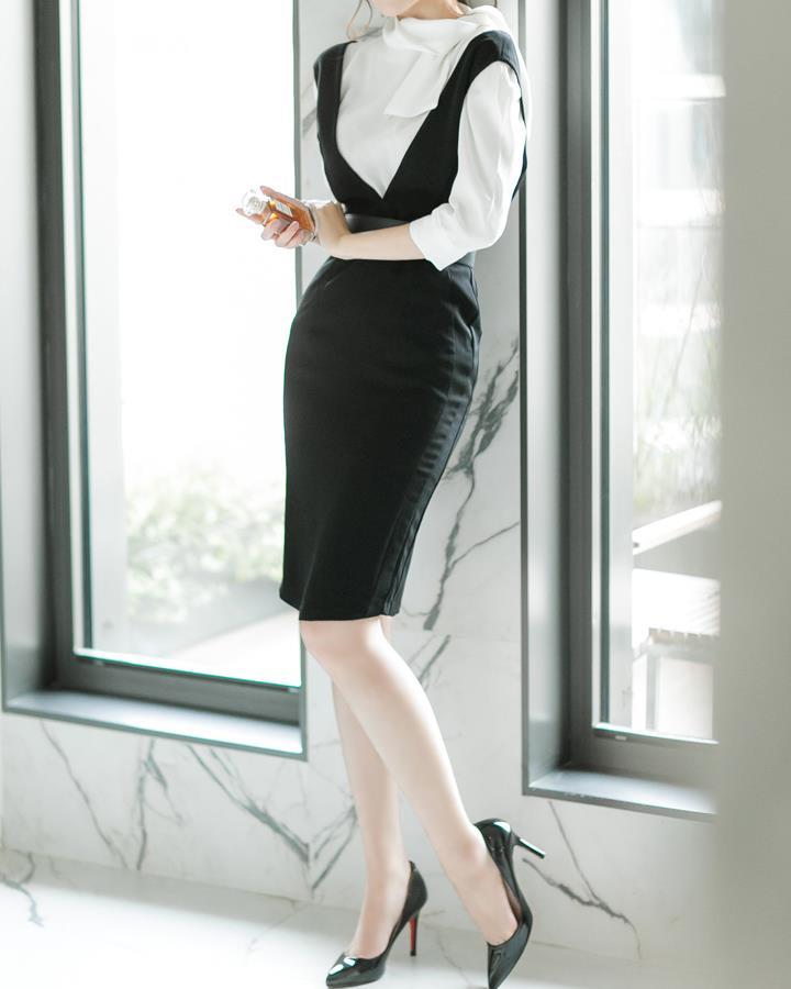 延續今天夏天流行的裙子裡面套上衣~秋天依舊流行這一款。黑白搭配永遠是個不會錯的選擇!