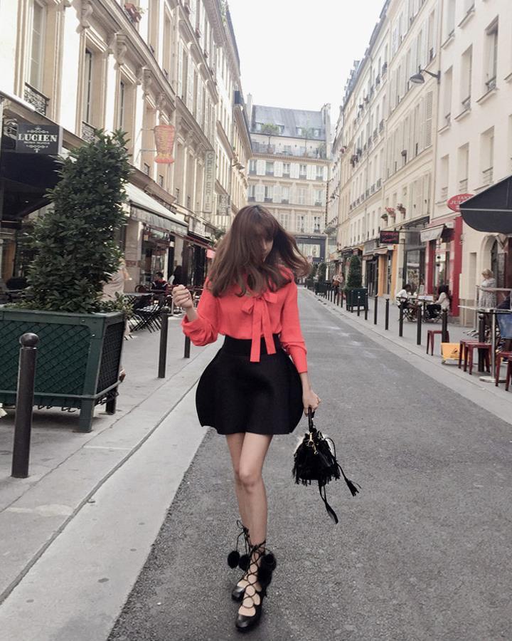 這款裙子的設計好特別!小編最愛那個帶毛毛球的鞋子,看上去好歐美街拍風!