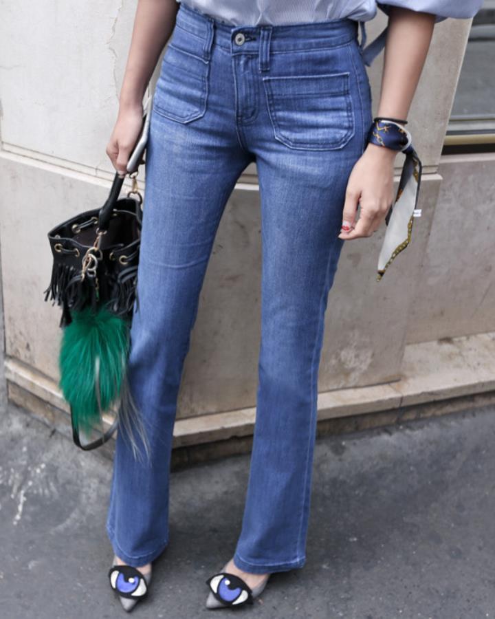 最後給大家介紹褲子~還記得幾年前的大喇叭褲設計吧!今年的喇叭褲沒有之前的那麼誇張,反而是對身材的要求更嚴格了!手腕的方巾看到了沒?小編之前有特別介紹過哦!沒看的趕緊去補啦!