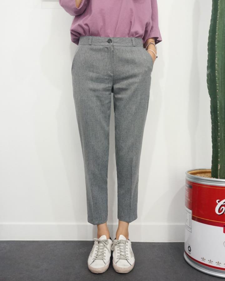 今年韓國夏天就很流行九分休閒西裝褲,秋天的時候依舊流行,上身從短袖換成長袖就ok了!