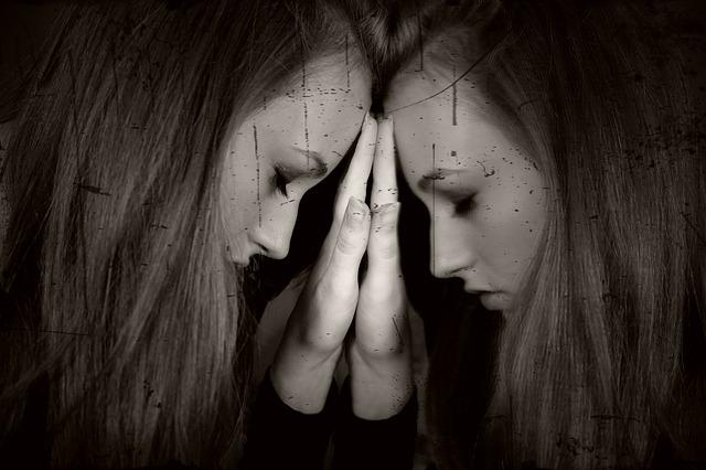 但是自戀過度的人們,其實是為了隱藏自身的自卑與不安的感情,所以外在表現出來的樣子才會作出一種自信過度的樣子!