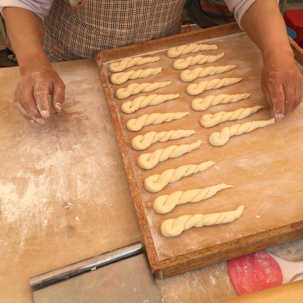 在蕎麥花開時節,來到蓬坪市場還能看到蘊含當地特色的沿街叫賣小販... 當然在蓬坪市場還是用當地特產製成的食物才是最受歡迎滴! !