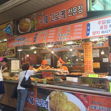 市場的入口赫然屹立著一家可樂餅專賣店, 非常的便宜,只要500韓幣(只要15塊台幣耶) (不要問小編怎麼知道,上面寫著的!!) 甜食,偶來啦~