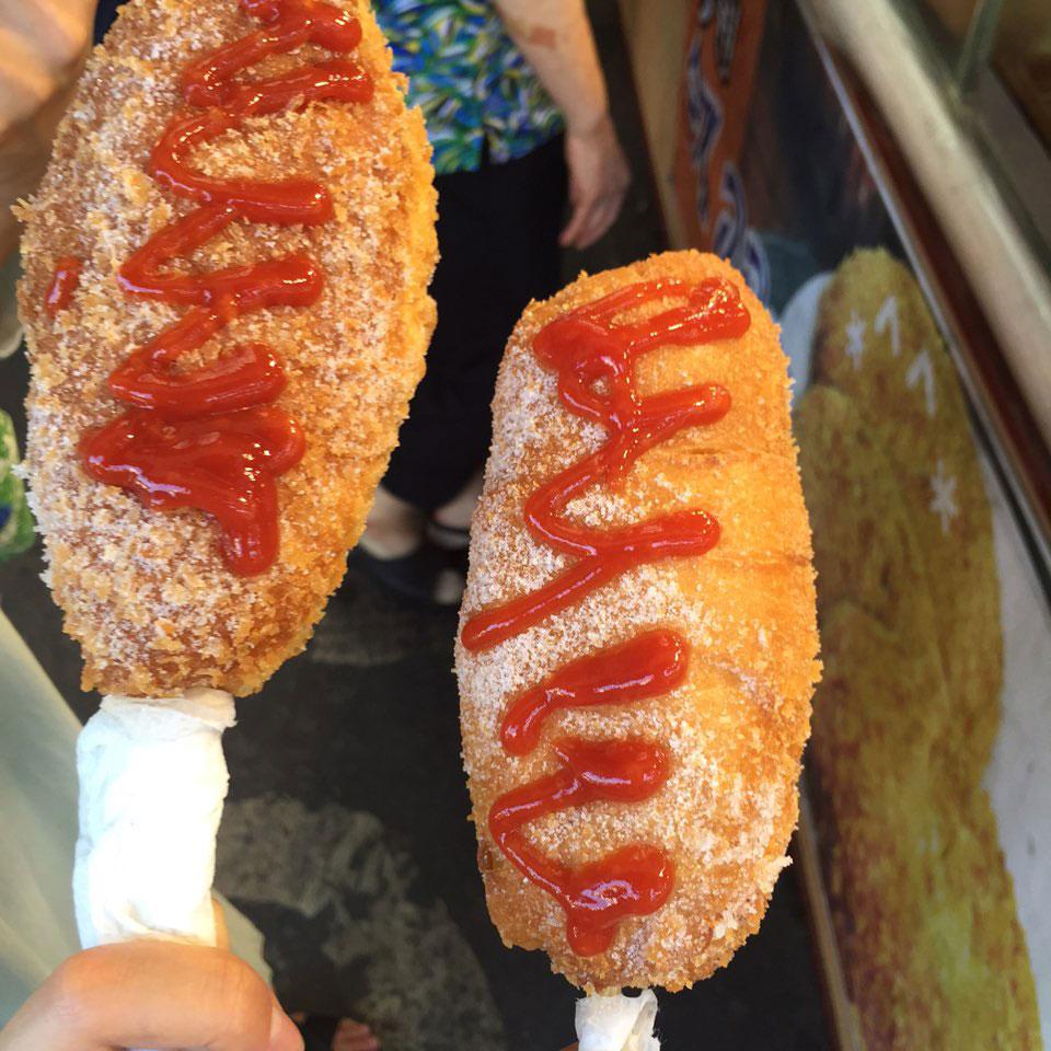 沾滿砂糖+番茄醬的熱狗一支只要1000韓幣(大約30台幣)