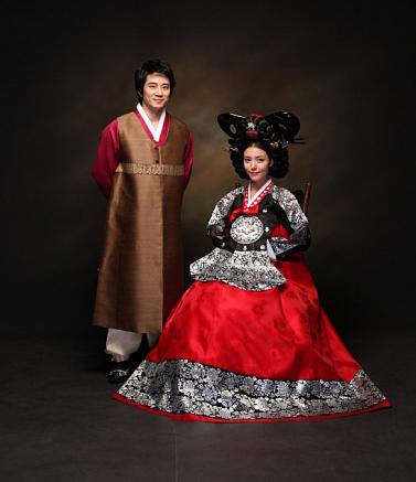 人家是韓國演員白道彬和鄭詩雅的小女兒白書雨(音) 2012年4月生,把拔馬麻可都是韓國明星哦❤
