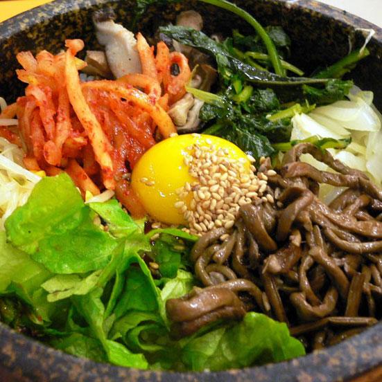 韓食拌飯─牛肉,各式新鮮的蔬菜,辣椒醬 這樣一份餐色滿滿的韓式拌飯你又預計要花多少錢呢?