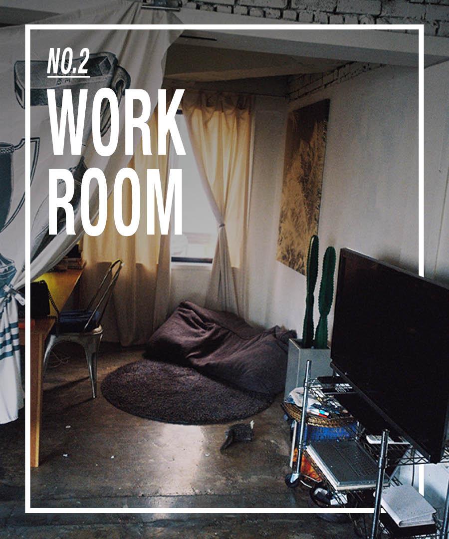 這裡就是工作室啦! !在沙發的對面,拉上簾子,就形成了一個封閉的空間。長桌是工作的地方,也是友人們聚會聊天的地方O(∩_∩)O~~