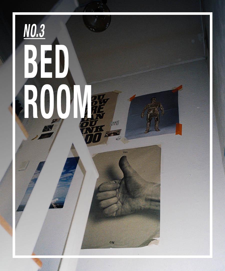 接下來,我們上樓吧!這裡可是臥室哦❤HOHO~! 乾淨的牆面上貼著海報和照片,這些都是JDZ親自挑選的說!