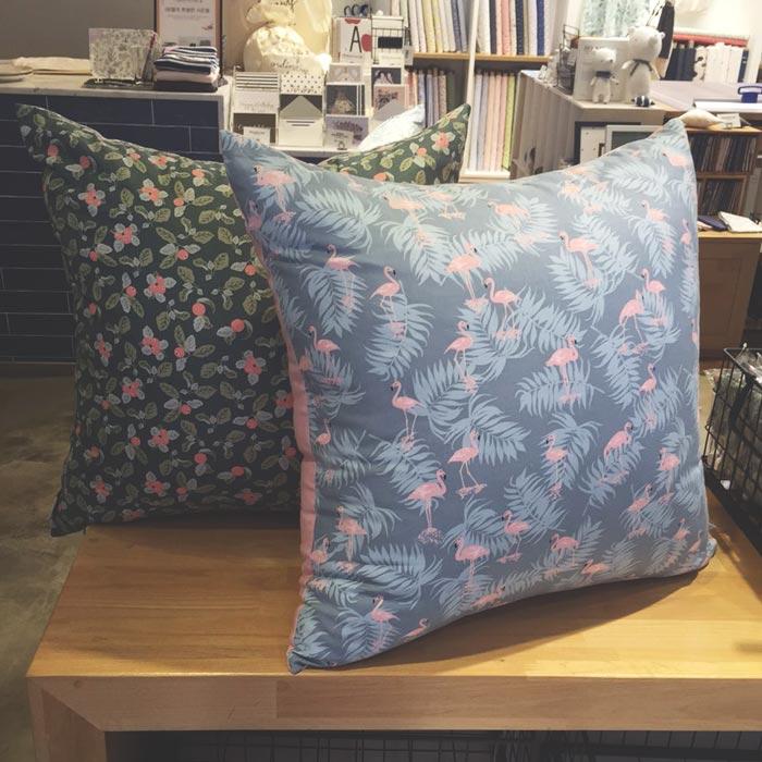 用這裡的布製成的抱枕~