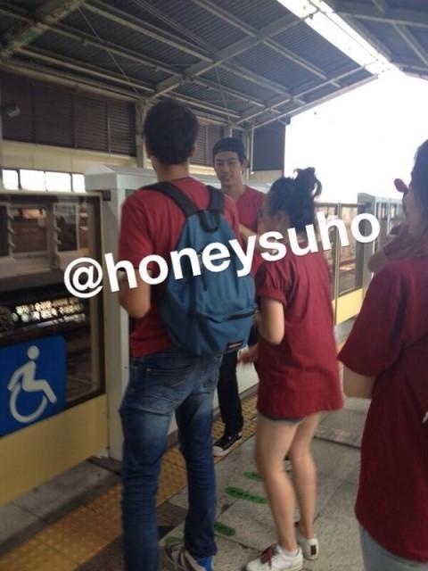 轉過來一看!哇賽~這不是2PM的玉澤演嗎!!? 還搭地鐵欸~