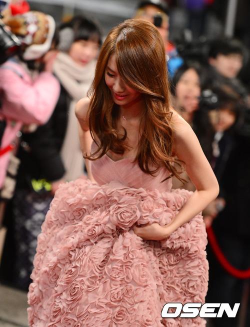 有時候穿著好春天 好女人 好夢幻 (果然超適合她der~) 的長禮服