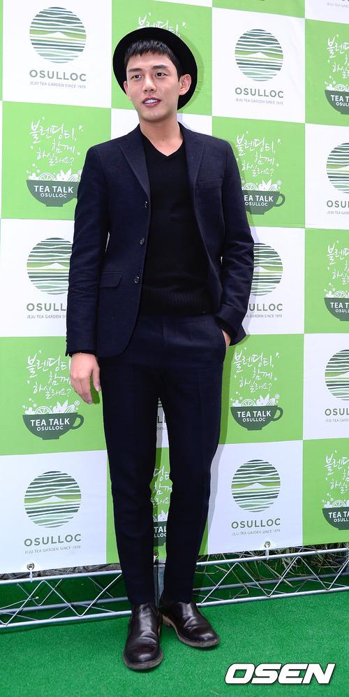 它不但可以和西裝搭,像演員劉亞仁這種正式裝扮當然很適合
