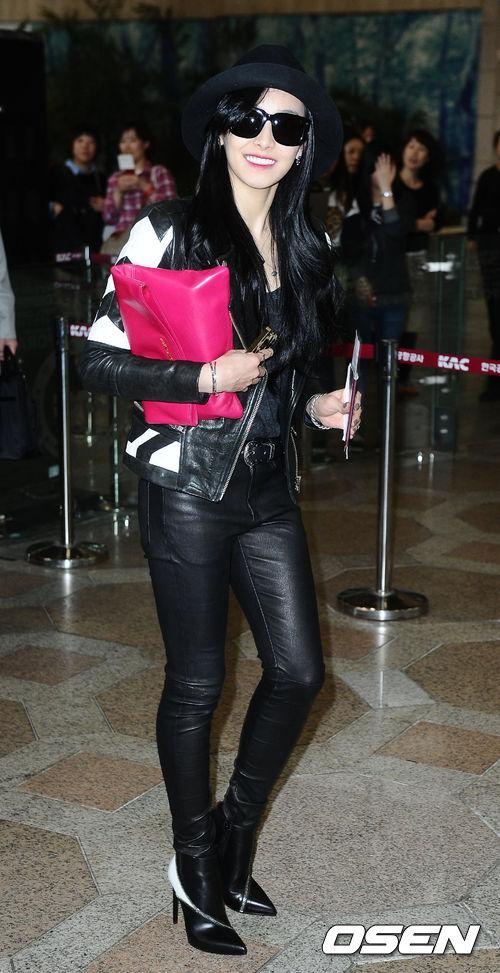 不過同樣是紳士帽,像f(x) Victoria這樣搭配黑色皮衣皮褲的話,是不是突然變成性感風~~果然黑色+皮革就讓人感覺sexy味十足