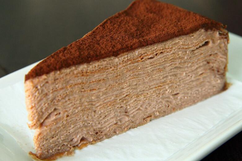 昨天小編跟捧油去咖啡廳聊天,捧油順便還點了一塊蛋糕,小編只挖了一口吃就中毒了,完全好吃到停不下來!問了老闆才知道這款蛋糕叫做「 千層岩燒蛋糕」(Crepe cake,原諒小編孤陋寡聞了)