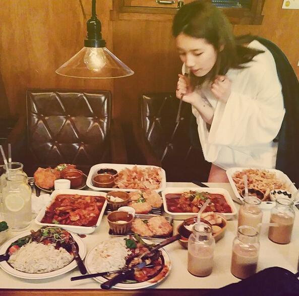不管是在餐廳還是在家裡用餐,吃之前一定要手機拍照開光之後才能吃。