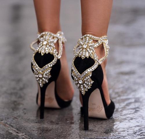 你在穿高跟鞋時候,有沒有一隻腳的後跟比另一隻更快磨壞?