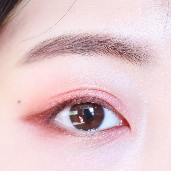 下眼皮剛才畫紫紅色眼線的地方再用褐色眼影輕輕掃一下,讓妝容看起來更自然,再用褐色眼影填滿三角區。