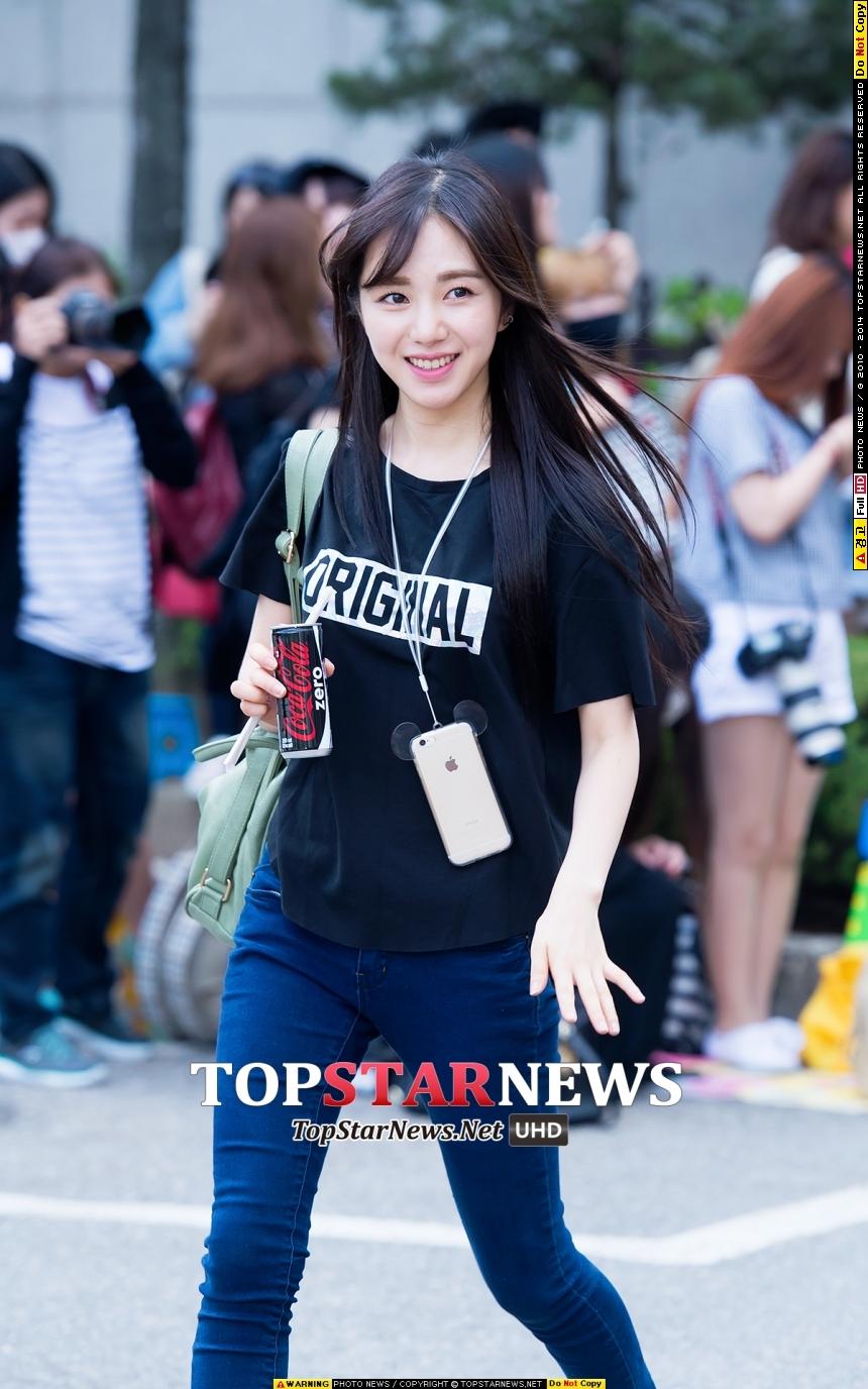 AOA珉娥穿起T恤和牛仔褲~根本就是時下大學生~但她已經在上班惹T_T