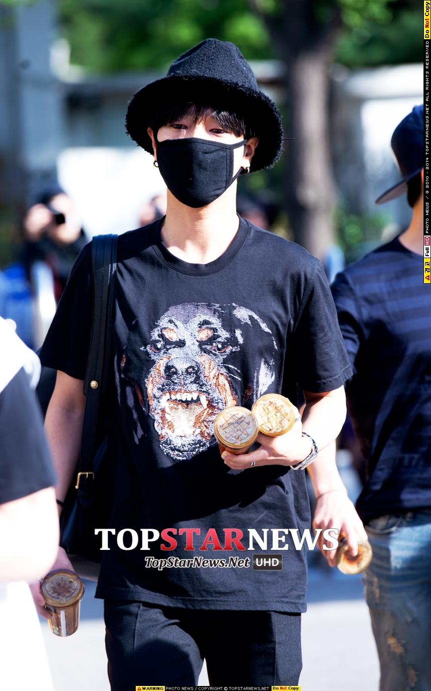Super Junior藝聲不愧是「老少年」,準備好咖啡分給等待的粉絲們,上班前還懂得先巴結一下客戶這樣XDDDD (人家是貼心OK?)