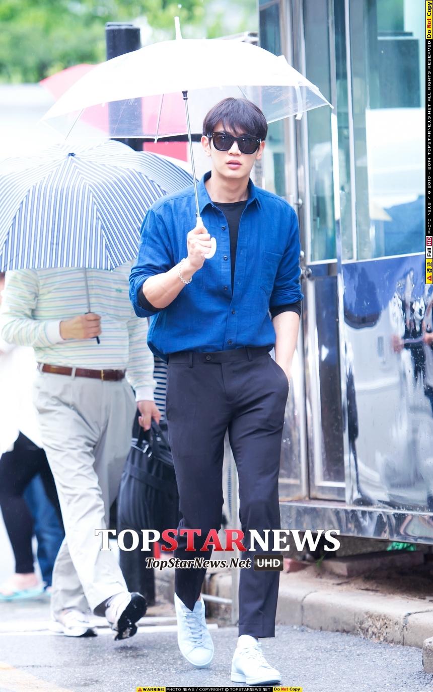 就算是藝人,上班遇到下雨還是得出門~SHINee珉豪表示:雨傘就是我的時尚配件
